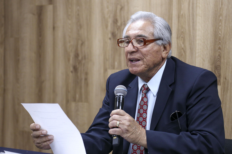 Roberto Lúa leyo el nombre de los invitados especiales a la prensa