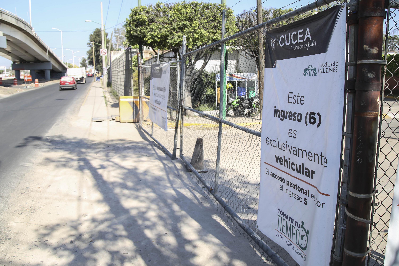 Pancarta en el acceso 6 del CUCEA que advierte a los alumnos que el acceso será por la puerta 5.