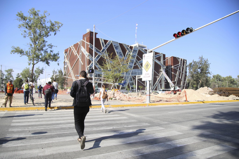 Estudiantes transitando a través de periférico Norte hacia la BPEJ.