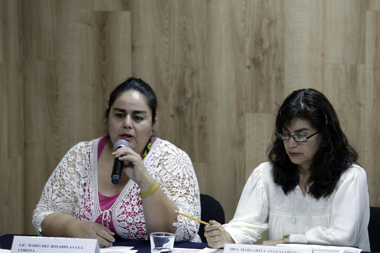 Licenciada María del Rosario Anaya, de Dulce Camino AC y participante del festival, hablando frente al micrófono