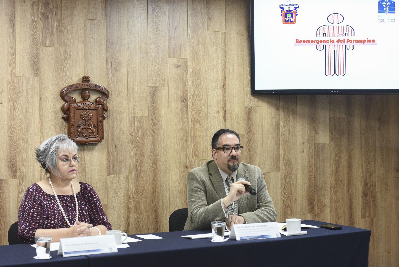 Doctor Esteban González Díaz, investigador del Centro Universitario de Ciencias de la Salud (CUCS), participando en rueda de prensa.
