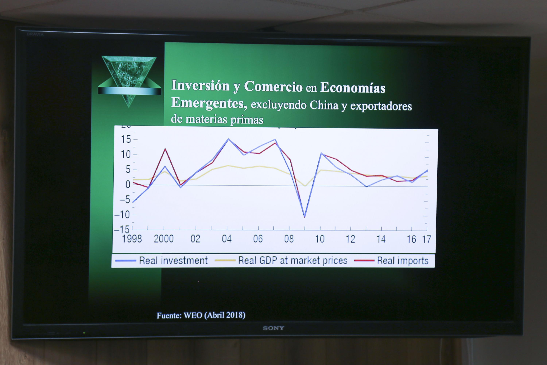 """Gráfica sobre la """"Inversión y Comercio en economías emergentes, excluyendo China y exportadores de materias primas"""", proyectada durante la rueda de prensa"""