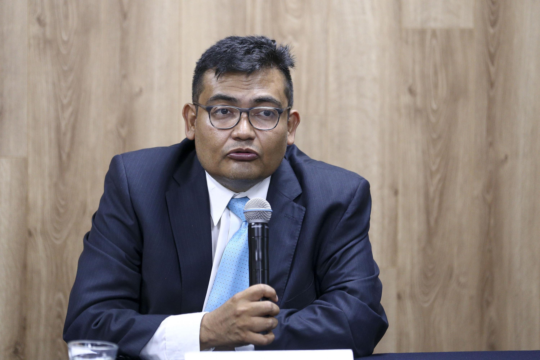 Doctor Antonio Ruiz Porras, Coordinador del doctorado en Economía del CUCEA, participando en rueda de prensa