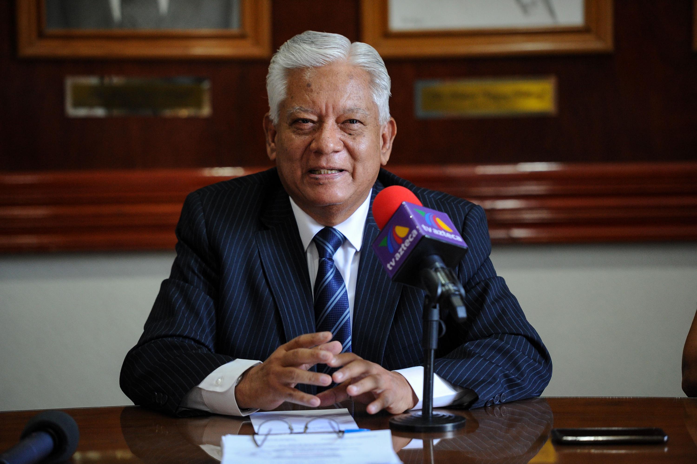 Doctor Guillermo Zenteno Covarrubias, Presidente de la AMJ y académico jubilado de la UdeG, haciendo uso de la palabra, durante rueda de prensa.