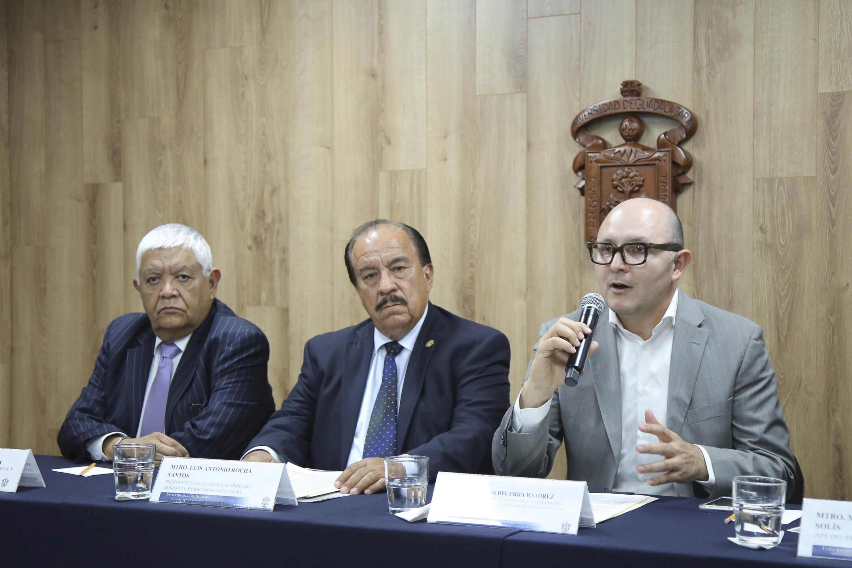 Director de la División de Estudios Jurídicos del CUCSH, doctor José de Jesús Becerra Ramírez, hablando frente al micrófono