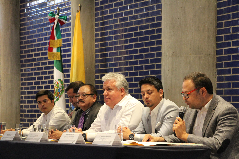 Doctor Marco Antonio Reyes García, con micrófono en mano haciendo uso de la palabra.