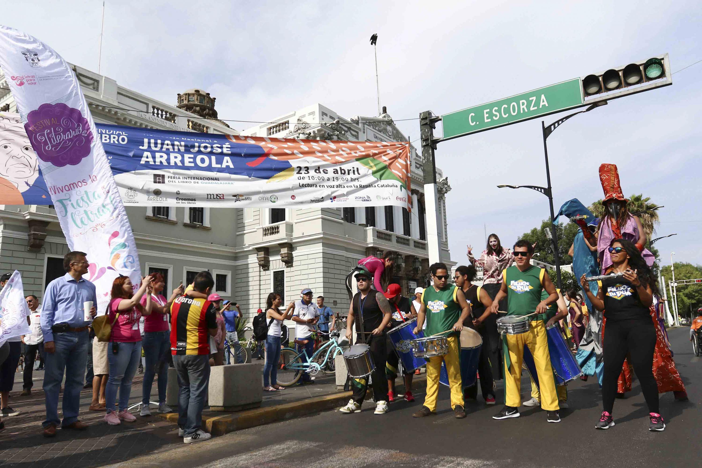 Jóvenes disfrazados participaron en el desfile que partio de la Rambla Catalunya