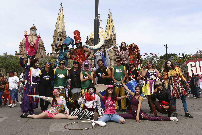 Un grupo de jovenes disfrazados y con tambores en la plaza Liberación de Guadalajara