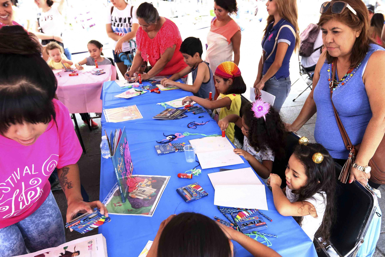 Niños de primaria y preescolar participan en un taller de manualidades