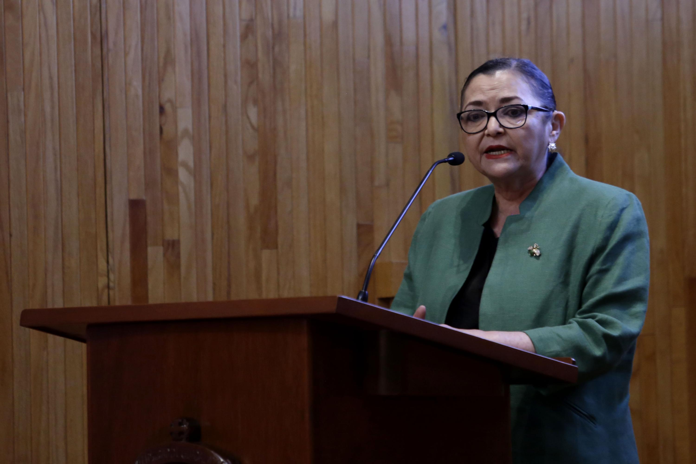 Rectora del Centro Universitario de Ciencias Exactas e Ingenierías, doctora Ruth Padilla Muñoz, en podium del evento, haciendo uso de la palabra, durante acto protocolario.