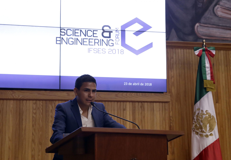 Invitado especialista en el tema, en podium del evento, haciendo uso de la palabra.