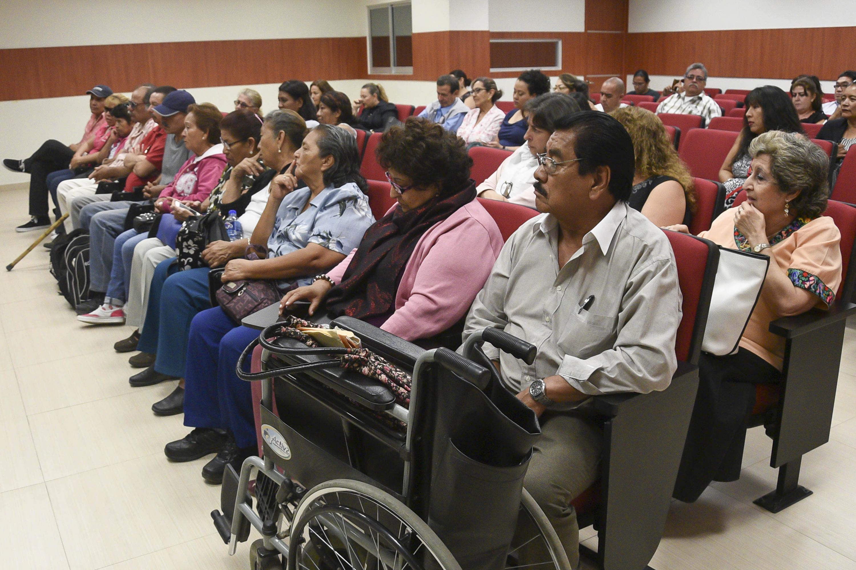 El auditorio del CUCSH con el publico asistente a la presentacion del libro, la mayoria vecinos de la zona afectada
