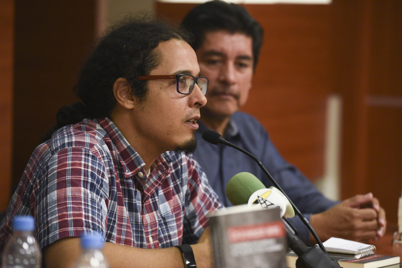 doctor Jorge Gómez Naredo hablando al microfono durante la presentación
