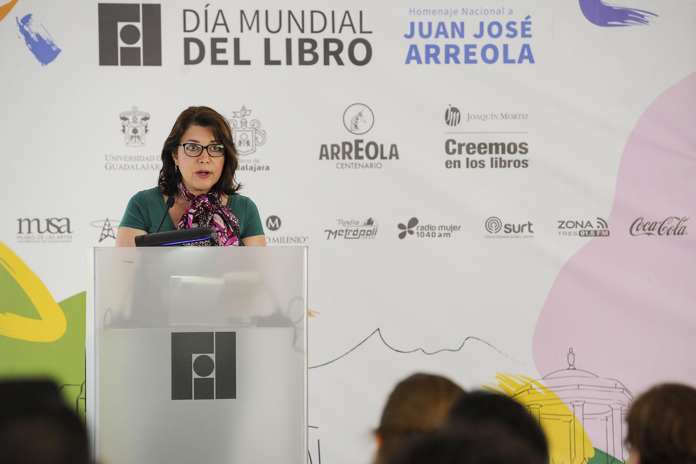 Vicerrectora Ejecutiva de la UdeG, doctora Carmen Rodríguez Armenta, haciendo lectura en voz alta del libro La feria.