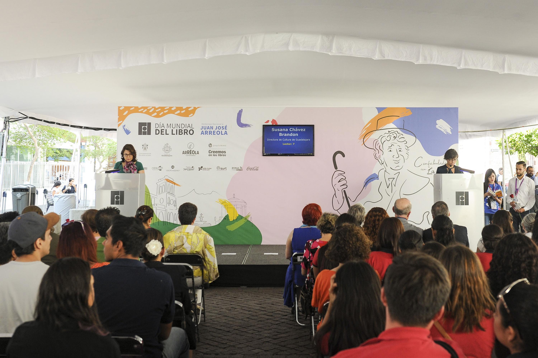Vicerrectora Ejecutiva de la UdeG, doctora Carmen Rodríguez Armenta, haciendo lectura en voz alta del libro La feria para conmemorar el Día Mundial del Libro, que se celebra en la Rambla Cataluña.