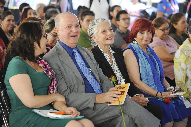 El Rector General de la UdeG, doctor Miguel Ángel Navarro Navarro, acompañado de los encargados de la lectura titular.