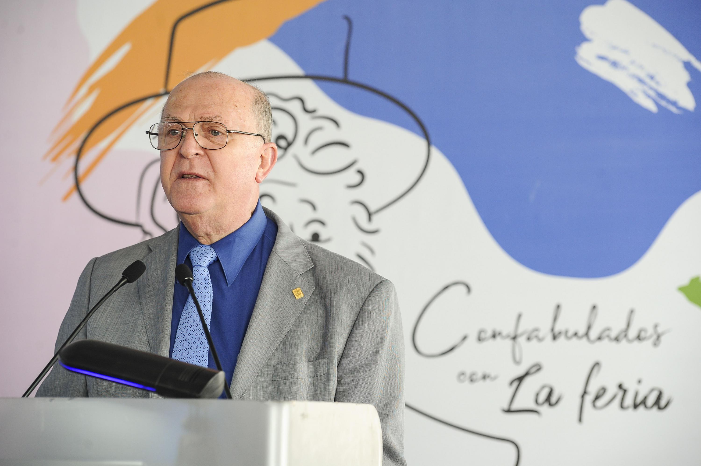 El Rector General de la UdeG, doctor Miguel Ángel Navarro Navarro, dando inició a la jornada, leyendo en voz alta  a La feria.