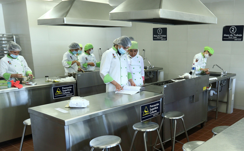 Estudiantes de la Licenciatura en Nutrición del Centro Universitario de Ciencias de la Salud, haciendo prácticas en el laboratorio de cocina del mismo centro.