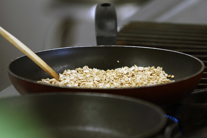 Cereal cocinándose a fuego lento en un sartén.
