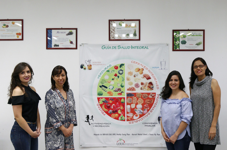 Especialistas en nutrición del Laboratorio de Evaluación del Estado Nutricio (LEEN), del Centro Universitario de Ciencias de la Salud, mostrando la representación gráfica de la Guía de Salud Integral.
