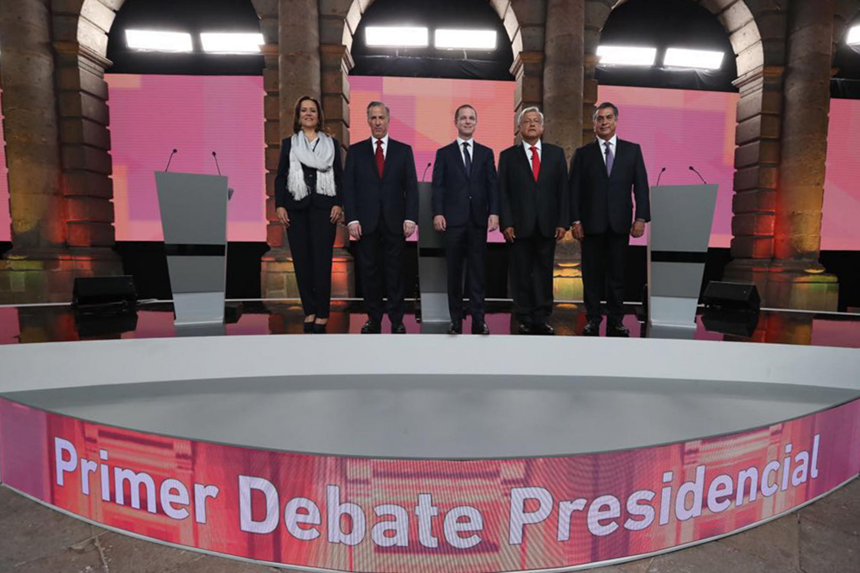 Los cinco candidatos a la presidencia de México posando para la foto previo al inicio del debate
