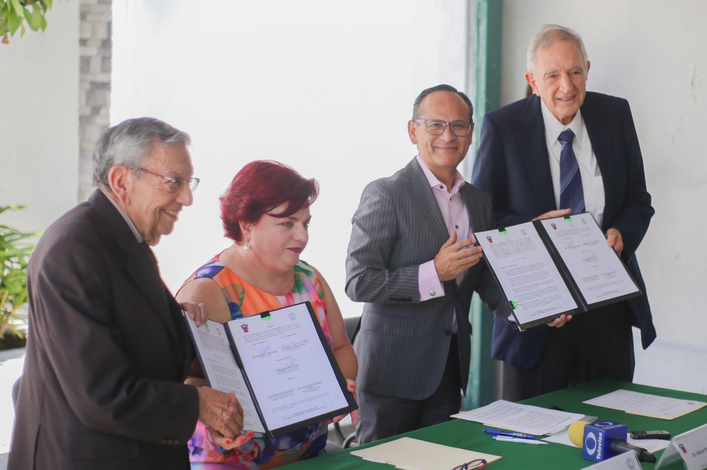 Titulares del Hospital Civil de Guadalajara y del Centro Psicoeducativo Freire A.C., en compañía de respresentantes de la Universidad de Guadalajara y del propio centro; mostrando el convenio firmado de colaboración.