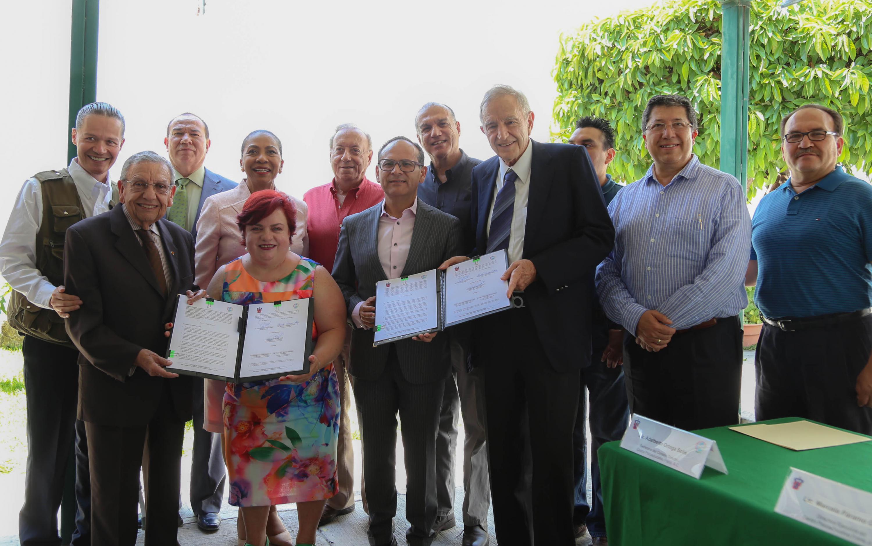 Titulares del Hospital Civil de Guadalajara y del Centro Psicoeducativo Freire A.C., en compañía de respectivo personal; mostrando el convenio firmado de colaboración.