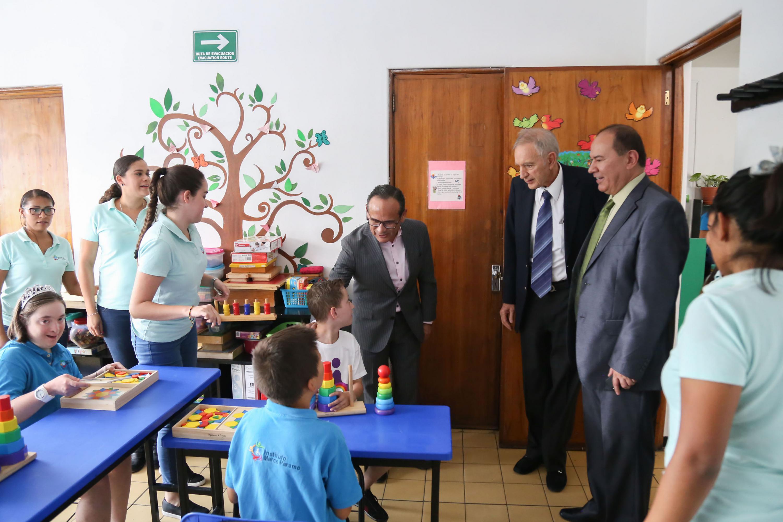 Ddoctor Héctor Raúl Pérez Gómez, director general del Hospital Civil de Guadalajara, visitando el centro psieducativo  Freire, mientras niños están recibiendo la educación.