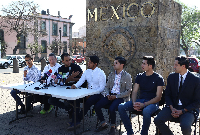 El Presidente de la Federación de Estudiantes Universitarios (FEU), Jesús Arturo Medina Varela, dialogando con los demás dirigentes estudiantiles.
