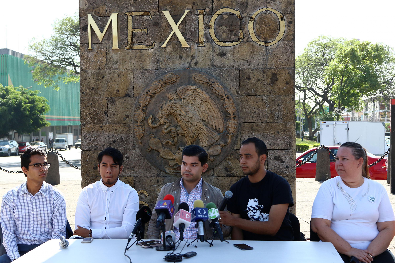 Representantes estudiantiles de diversas instituciones y la representante de la Fundej, en la conferencia de prensa.