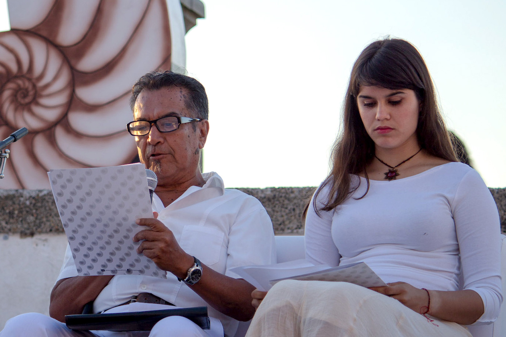 Literato y poeta participante del evento, leyendo uno de sus versos.