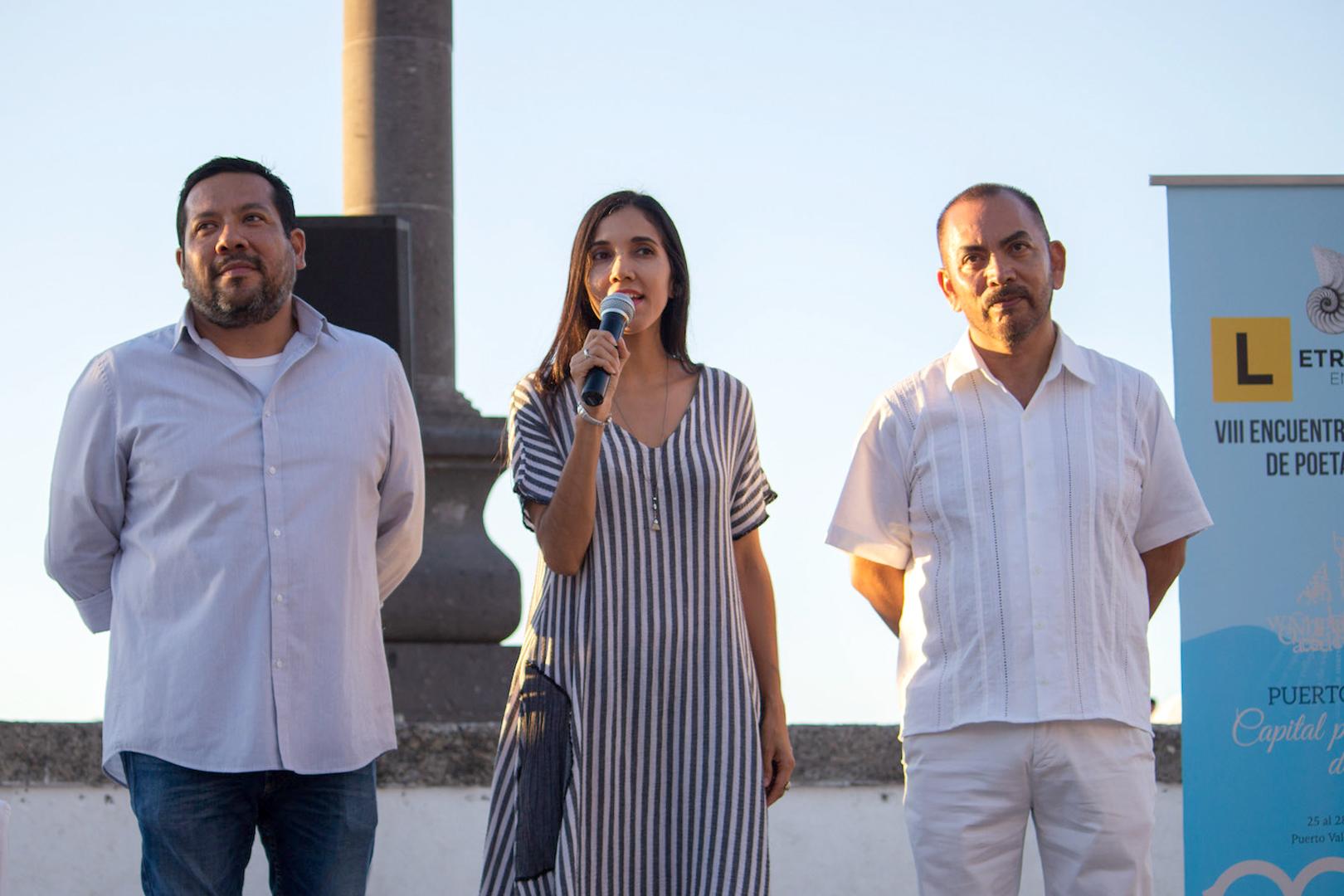 Maestra Guadalupe María Gómez Basulto, coordinadora de Extensión del CUCosta; con micrófono en mano haciendo uso de la palabra.