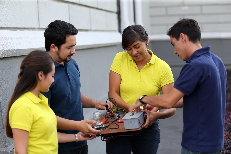 Estudiantes y egresados ganadores del primer lugar en el Hackatón, realizando pruebas con su proyecto.