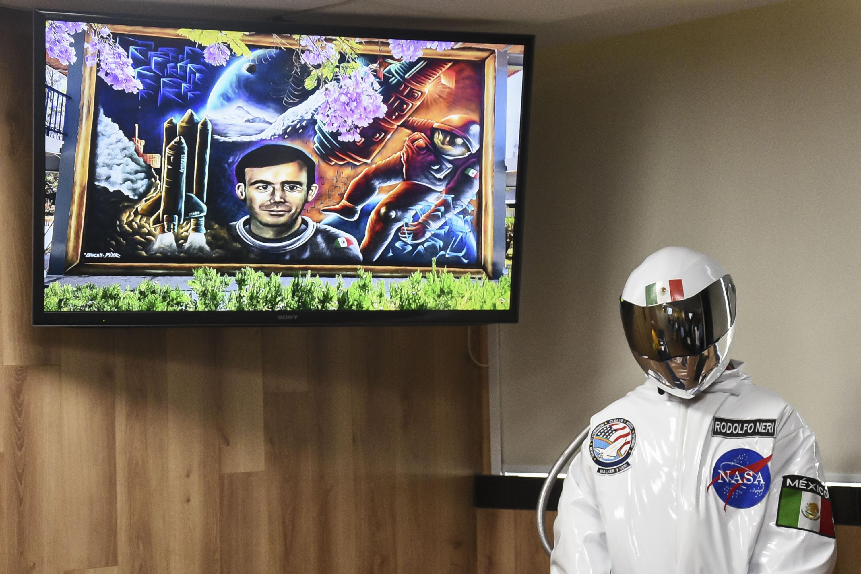 Un joven vestido con un traje de astronauta estuvo presente en la rueda de prensa