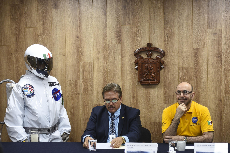 Un astronauta, el director de la preparatoria de Tlajomulco y el doctor Neri Vela hablaron en la sala de prensa de UDG