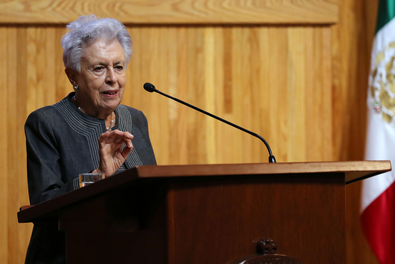 Doctora Josefina Zoraida Vázquez, historiadora de El Colegio de México, impartiendo conferencia desde el pódium.
