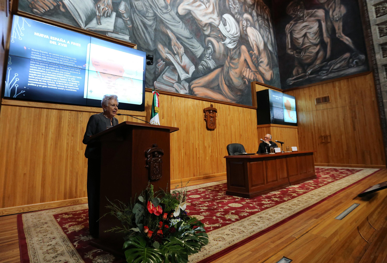 Doctora Josefina Zoraida Vázquez, historiadora de El Colegio de México, haciendo uso de la palabra.