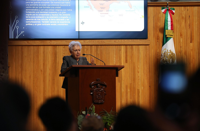 Doctora Josefina Zoraida Vázquez, historiadora de El Colegio de México, impartiendo conferencia en el Paraninfo Enrique Díaz de León.