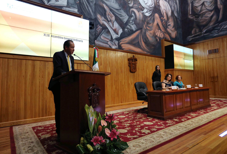Maestro Ignacio Gutiérrez Padilla, Presidente saliente del Consejo Directivo de la AMOCVIES, haciendo uso de la palabra desde el pódium.