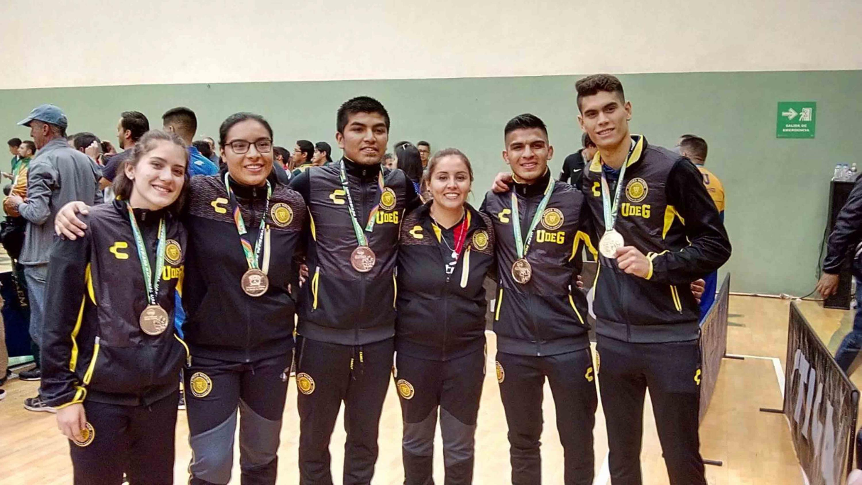 Los seis atletas universitarios muestran las medallas que obtuvieron en las disciplinas de la Universiada 2018