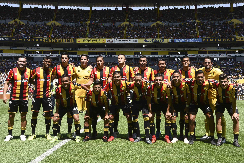 Los jugadores del equipo Leones Negros de la UdeG posan para la foto oficial previo al juego