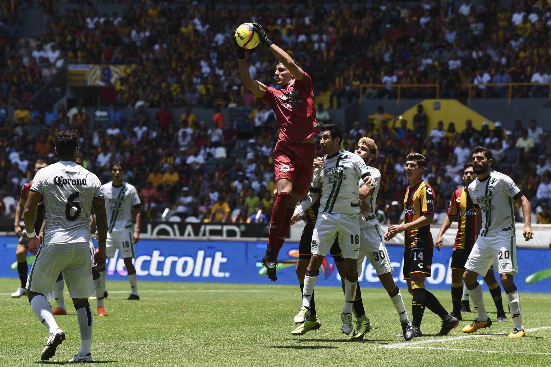 El portero de Los Cafetaleros de Tapachula capturando en el aire el balon