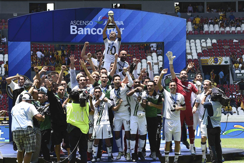 Los Cafetaleros de Tapachula en el momento en que levantan la Copa de Ganador del torneo de Clausura de la liga de Ascenso MX