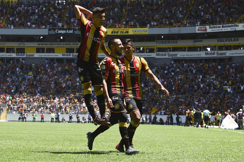 Jugadores de Leones Negros celebran de uno de los dos goles que anotaron