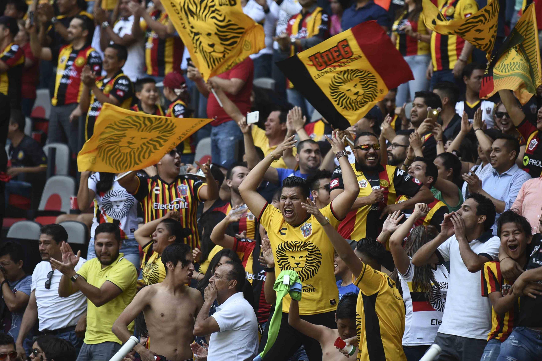 Los aficionados de Leones Negros durante la celebración de uno de los goles de su equipo