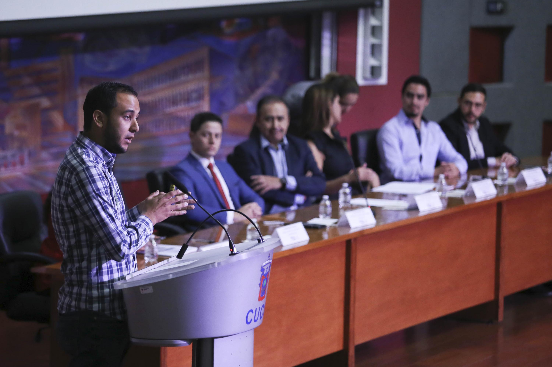 Jesús Arturo Medina Varela, presidente de la FEU, en el podio haciendo uso de la palabra.