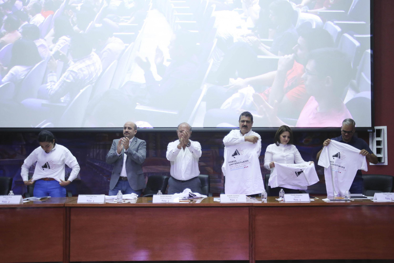 Candidatos al Gobierno de Guadalajara recibiendo sus camisas de los Foros Universitarios Nos van a escuchar, por su participación en ellos.