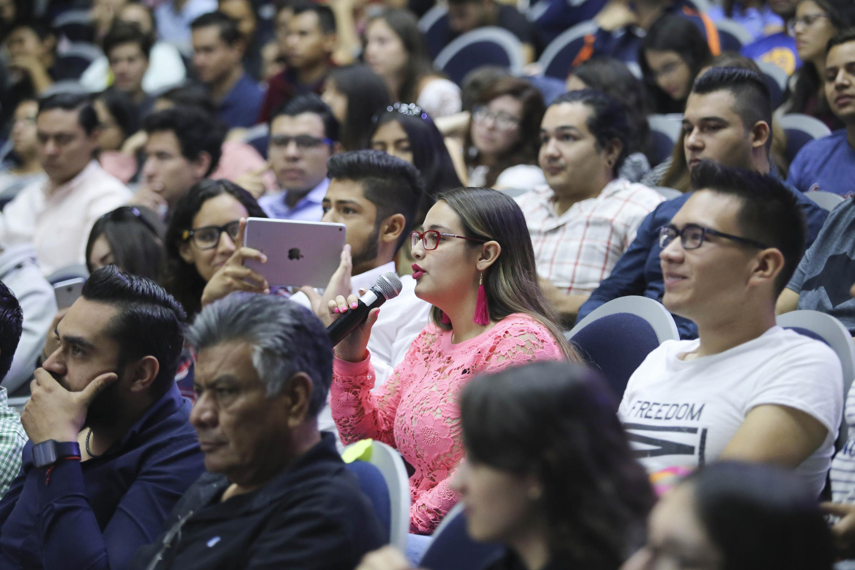 Estudiante Universitario, con micrófono en mano, haciendo una pregunta a los candidatos al Gobierno de Guadalajara.