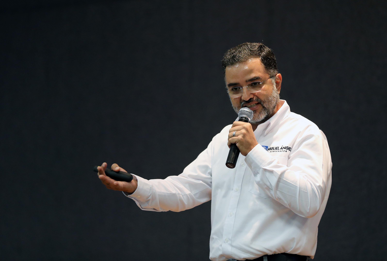 Miguel Ángel Martínez Espinoza, candidato del Partido Acción Nacional (PAN) a  la gubernatura del Estado de Jalisco, con micrófono en mano, haciendo uso de la palabra.