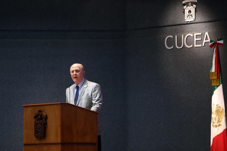 El Rector General de la Universidad de Guadalajara, doctor Miguel Ángel Navarro Navarro, en el podio haciendo uso de la palabra.